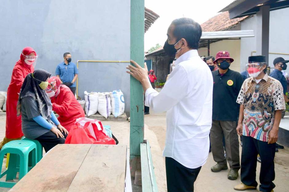 Intip Gaya Selow Jokowi Peringatkan Warga Jaga Prokes di Kampung-kampung-1