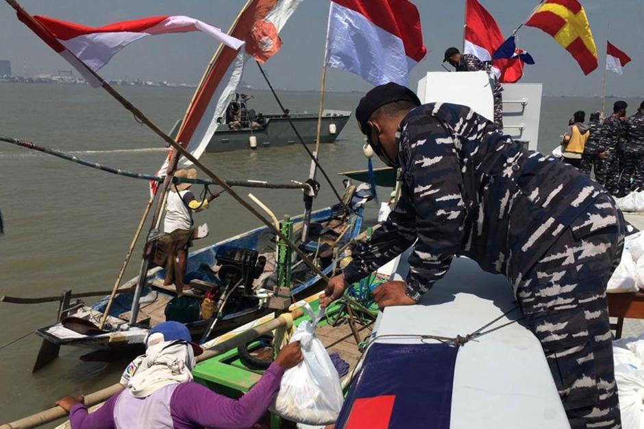 Berkah HUT TNI AL Ke-76, Nelayan Kamal Madura Dapat Bingkisan dari Arsenal Dissenlekal-0
