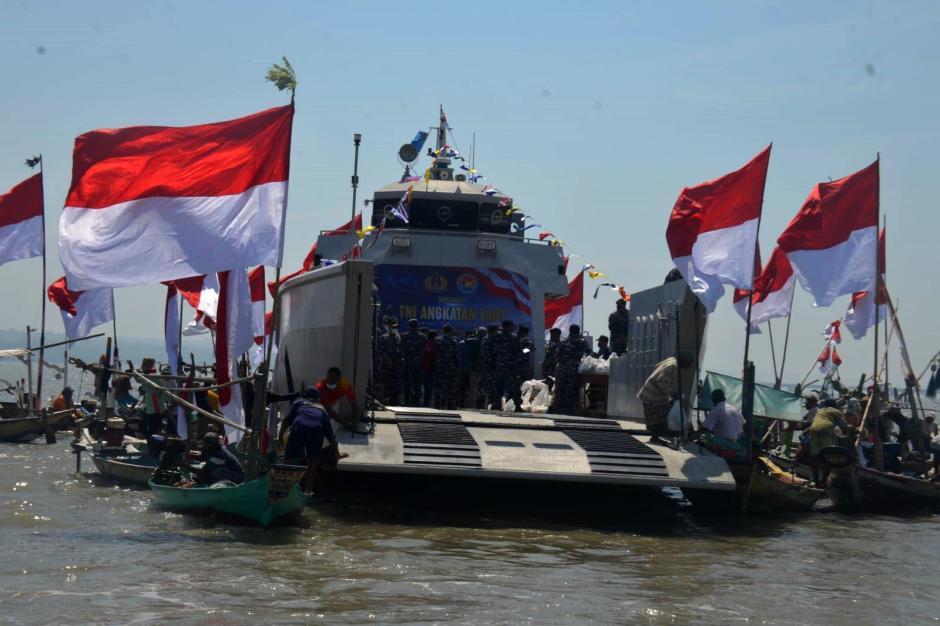Berkah HUT TNI AL Ke-76, Nelayan Kamal Madura Dapat Bingkisan dari Arsenal Dissenlekal-4