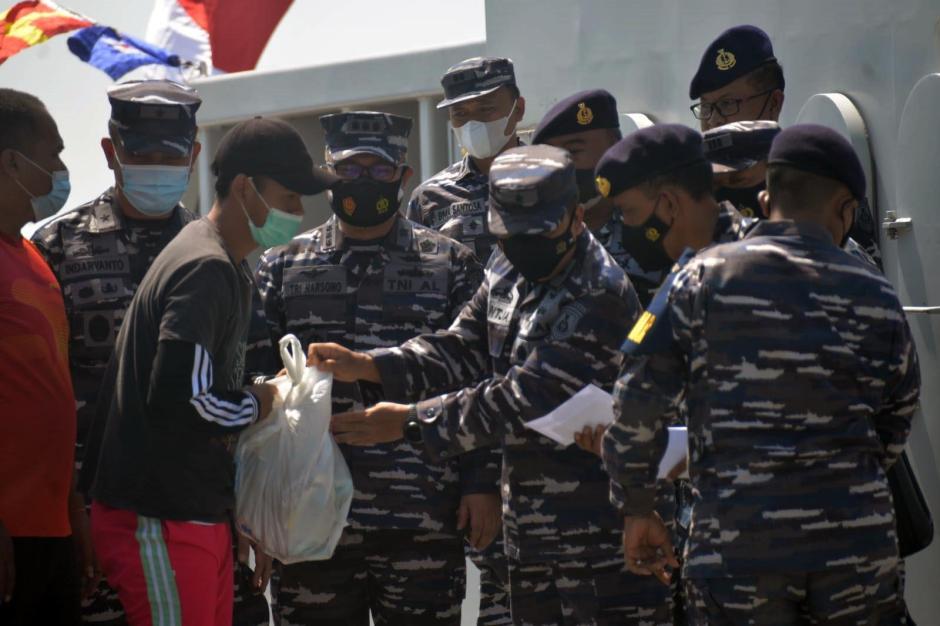 Berkah HUT TNI AL Ke-76, Nelayan Kamal Madura Dapat Bingkisan dari Arsenal Dissenlekal-2