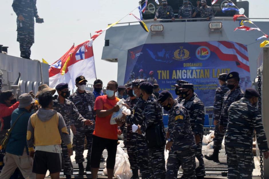 Berkah HUT TNI AL Ke-76, Nelayan Kamal Madura Dapat Bingkisan dari Arsenal Dissenlekal-1