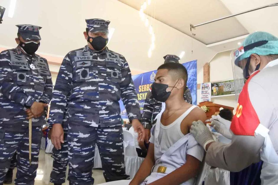 KSAL Tinjau Pelaksanaan Vaksinasi Masyarakat Maritim di Kupang-0