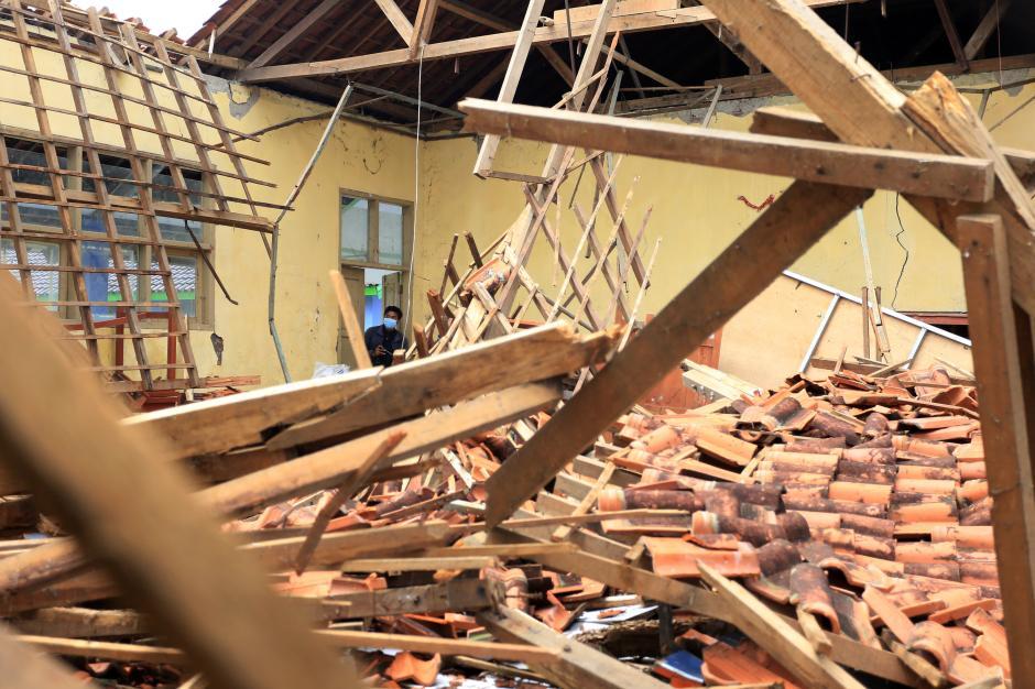 Tak Kuat Menahan Guyuran Hujan, Bangunan Sekolah di Indramayu Ambruk-1