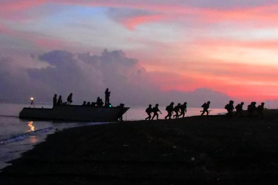 Bombardir Pertahanan Musuh, Prajurit Pasmar 2 Korps Marinir Gelar Pendaratan di Banongan-6