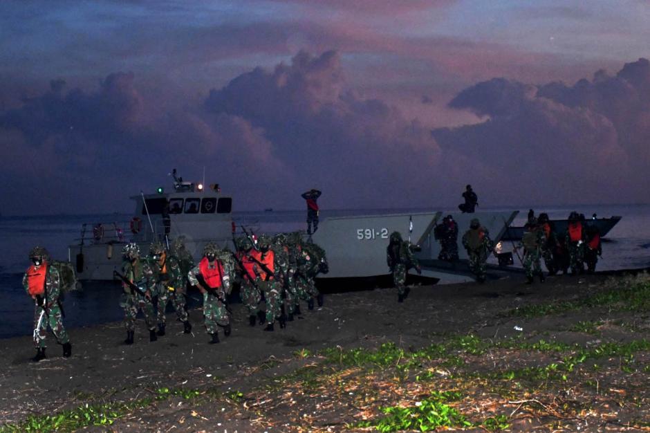 Bombardir Pertahanan Musuh, Prajurit Pasmar 2 Korps Marinir Gelar Pendaratan di Banongan-4