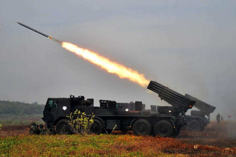 Bombardir Pertahanan Musuh, Prajurit Pasmar 2 Korps Marinir Gelar Pendaratan di Banongan-7