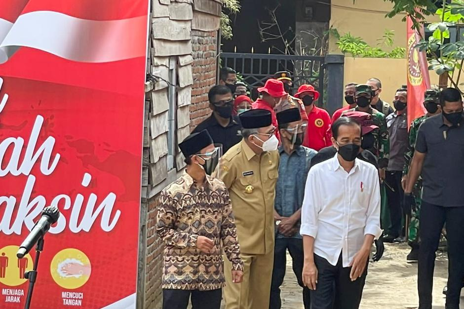 Presiden Jokowi dan Kepala BIN Budi Gunawan Tinjau Vaksinasi Door to door di Aceh-1