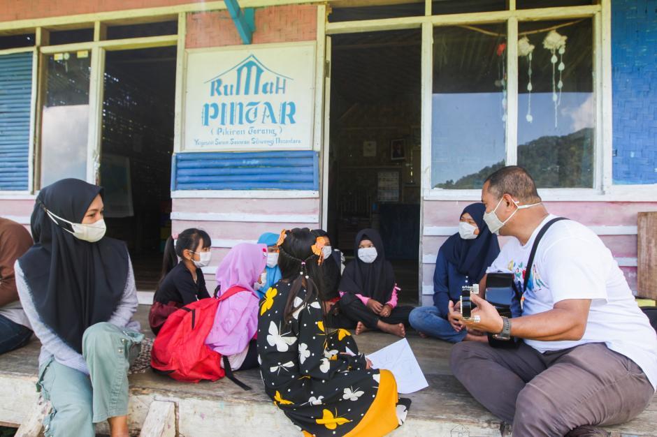 Relawan MNC Peduli Gotong Royong dengan Warga Perbaiki Jembatan dan Bantu Panen Kopi di Cisadon Bogor-2