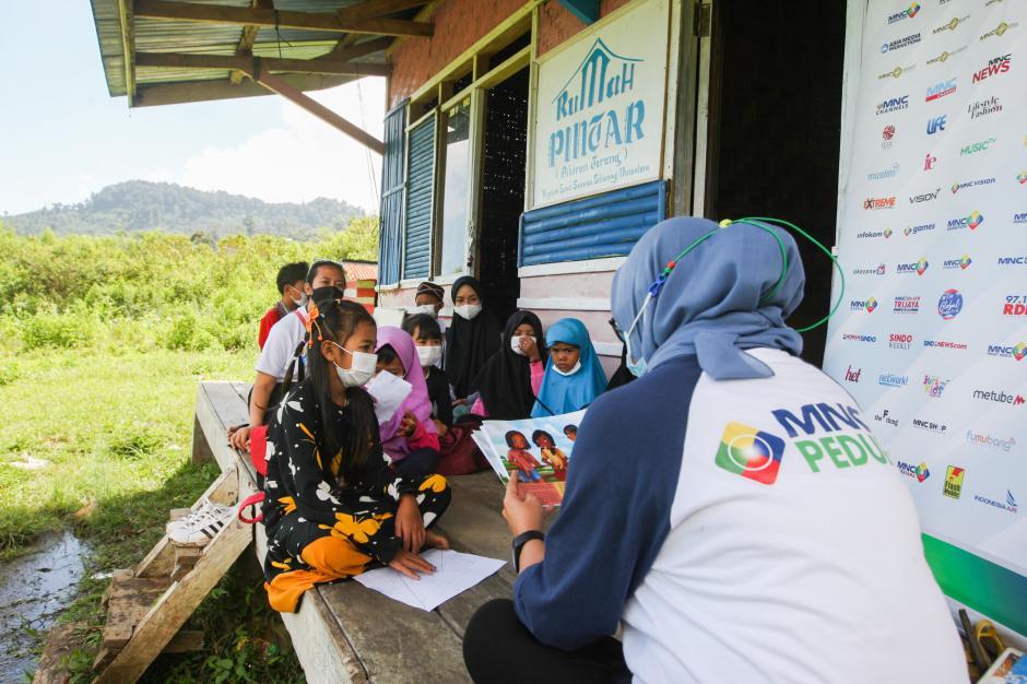 Relawan MNC Peduli Gotong Royong dengan Warga Perbaiki Jembatan dan Bantu Panen Kopi di Cisadon Bogor-4