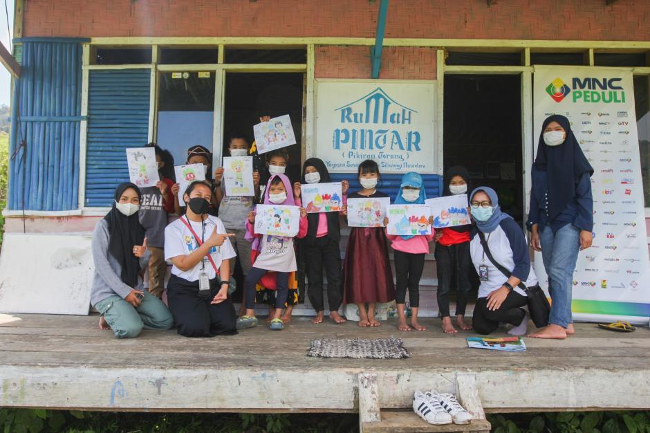 Relawan MNC Peduli Gotong Royong dengan Warga Perbaiki Jembatan dan Bantu Panen Kopi di Cisadon Bogor-6