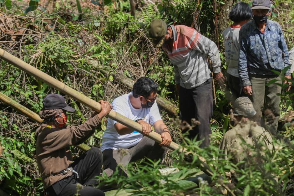 Relawan MNC Peduli Gotong Royong dengan Warga Perbaiki Jembatan dan Bantu Panen Kopi di Cisadon Bogor-3