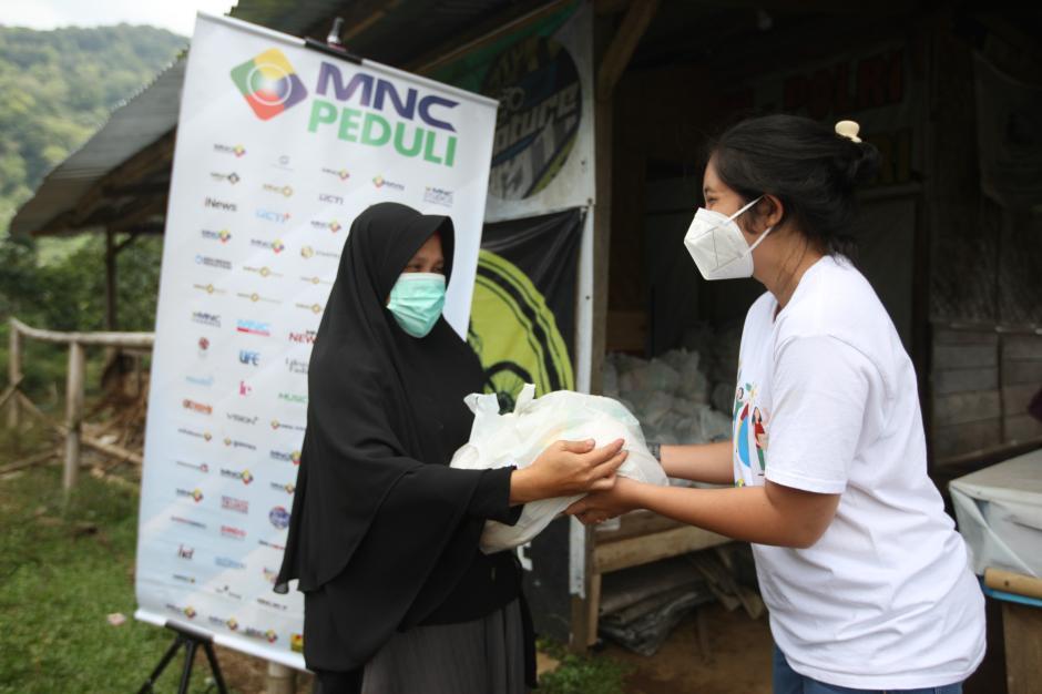 Berbagi Sesama, MNC Peduli Salurkan Sembako ke Warga Cisadon di Bogor-3