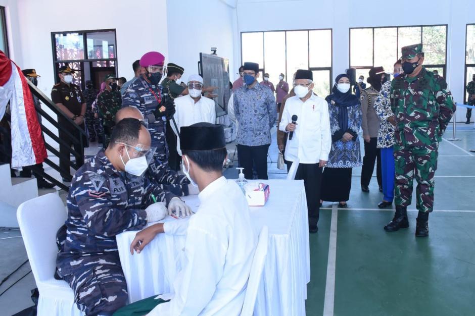KSAL Dampingi Wapres RI Tinjau Serbuan Vaksinasi di Ponpes An Nawawi Tanara Banten-0