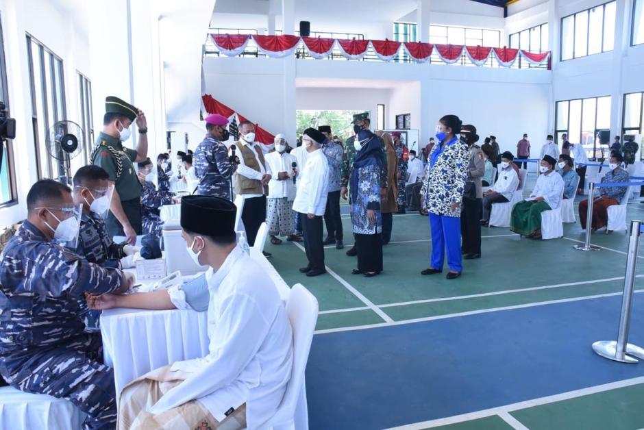KSAL Dampingi Wapres RI Tinjau Serbuan Vaksinasi di Ponpes An Nawawi Tanara Banten-1