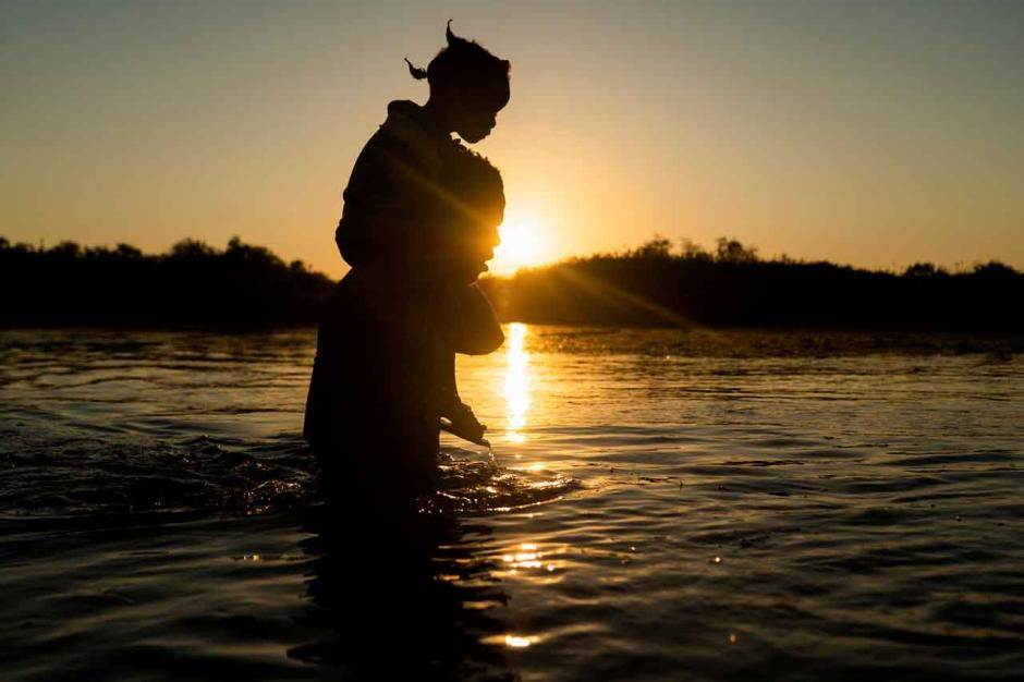 Bertaruh Nyawa, Imigran Haiti Melintasi Sungai Rio Grande Hanya dengan Seutas Tali-7