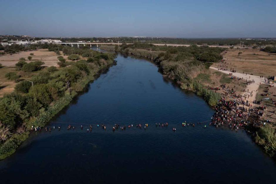 Bertaruh Nyawa, Imigran Haiti Melintasi Sungai Rio Grande Hanya dengan Seutas Tali-6
