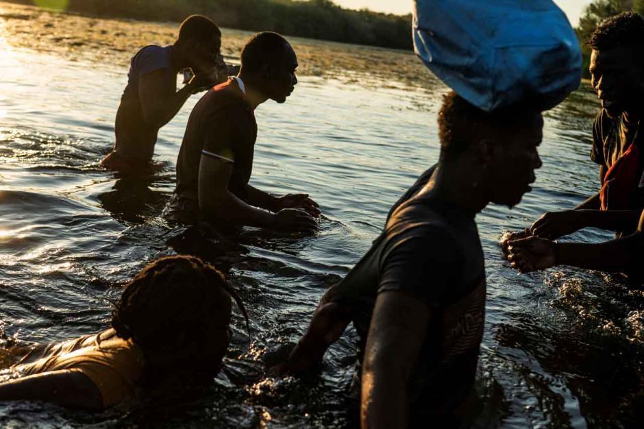 Bertaruh Nyawa, Imigran Haiti Melintasi Sungai Rio Grande Hanya dengan Seutas Tali-3