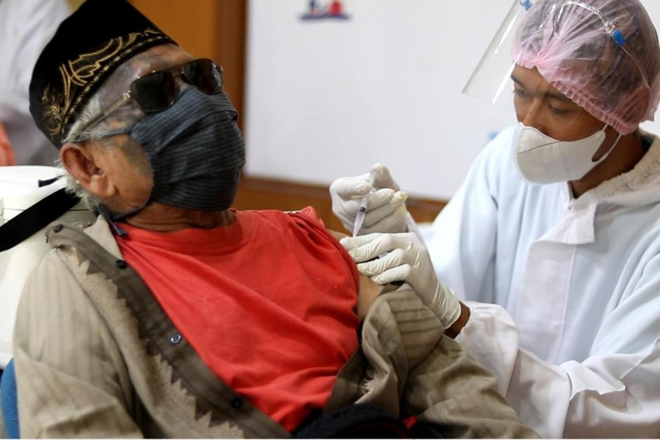Puluhan Tunanetra Ikuti Vaksinasi Covid-19 di Medco Group-0