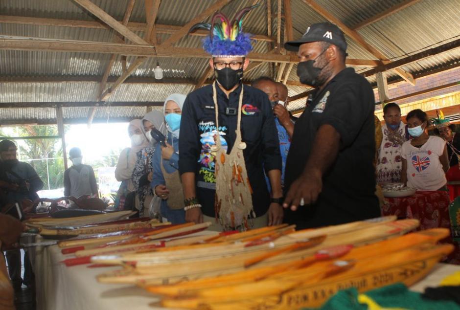 Sandiaga Uno Menteri Pertama Kunjungi Kampung Yoboi Papua-4