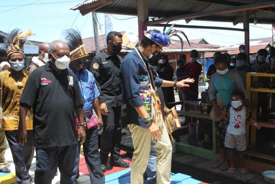 Sandiaga Uno Menteri Pertama Kunjungi Kampung Yoboi Papua-2