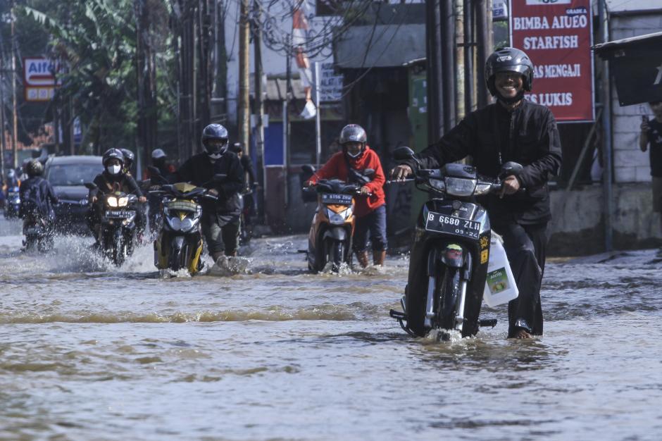Banjir Rendam Ruas Jalan Mampang Depok-0