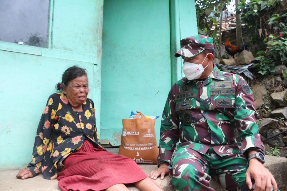 Tangis Haru Nenek Asih Saat Diberi Paket Sembako Oleh Jenderal Bintang Dua-2