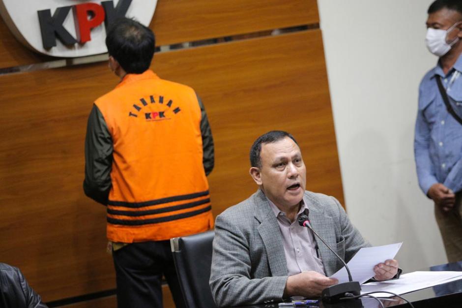 Tangan Diborgol, Azis Syamsuddin Resmi Ditahan KPK-3