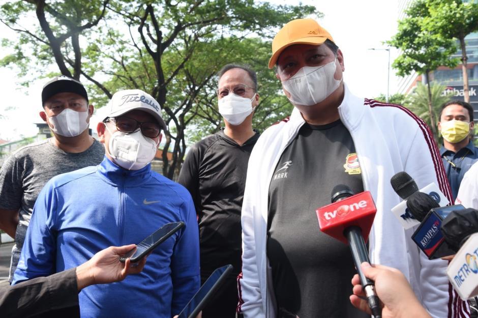 Airlangga Hartarto Jalan Santai Bareng Muhaimin Iskandar di Kawasan SCBD-2