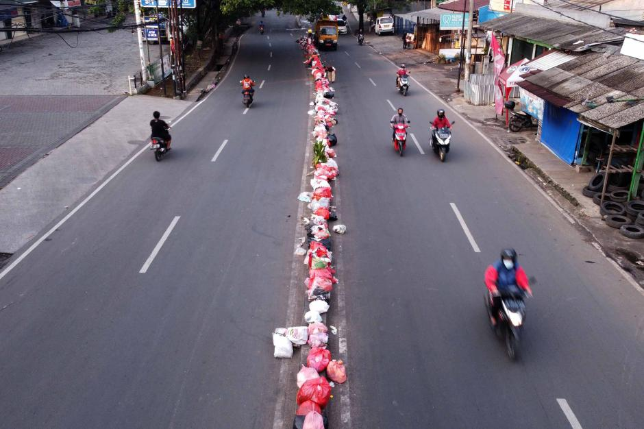 Memalukan, Begini Kebiasaan Warga yang Kompak Buang Sampah Sembarangan di Tengah Jalan Ciledug Sejak 2010-1