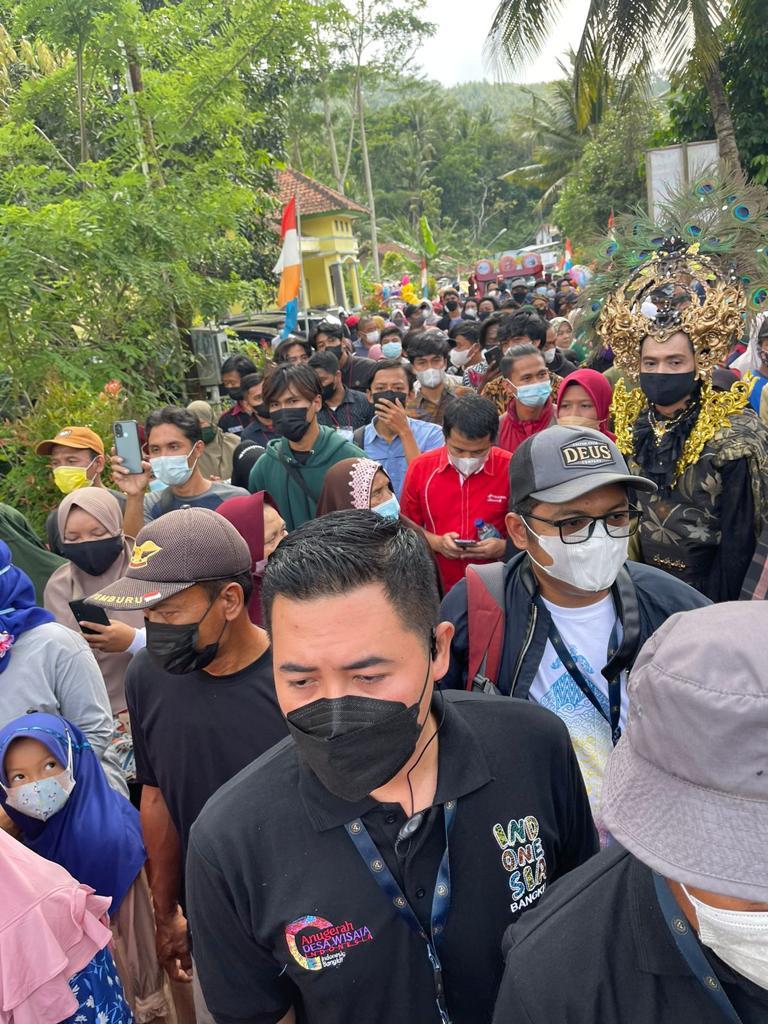 Satu Kampung Cikakak Turun Gunung Menyambut Menteri Sandiaga Uno-1