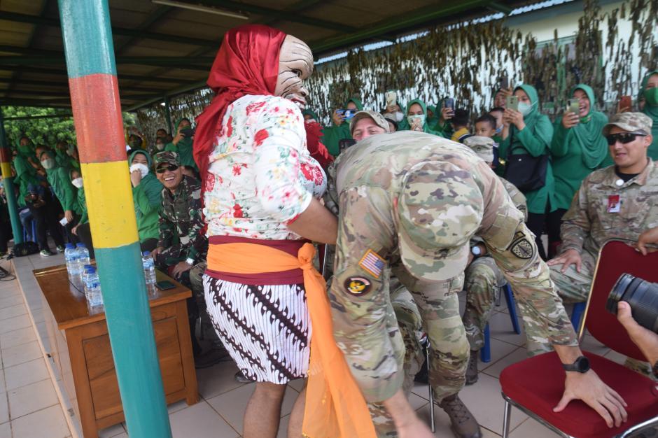 Tentara AS Takjub Disuguhi Atraksi dan Kesenian Prajurit Raider-3